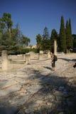 Los turistas visitan las ruinas de los chalets romanos Fotos de archivo libres de regalías