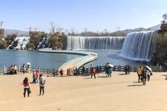 Los turistas wisiting la cascada de Kunming parquean la atracción de una cascada artificial ancha de 400 metros Kunming es la cap Imagen de archivo libre de regalías