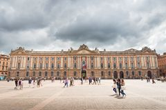 Los turistas y los locals hacen una visita a Capitole de Toulouse Imagenes de archivo