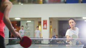 Los turnos de la mujer joven la bola, su opositor fallan Tenis de mesa almacen de metraje de vídeo