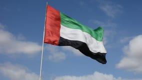 Los UAE señalan soplar por medio de una bandera en el viento