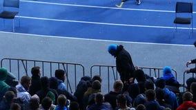 Los ultras masculinos peligrosos que miran el partido de fútbol, gritando y quemando señalan por medio de luces almacen de video