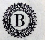 Los un dólares en el fondo blanco imagen de archivo