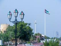 Los United Arab Emirates señalan agitar por medio de una bandera en la ciudad Corniche de Abu Dhabi fotos de archivo