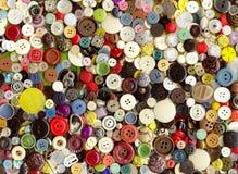 Los unterschiedliche Kleidung der Mehrfarbenalten Plastikweinlese knöpft Stockfotos