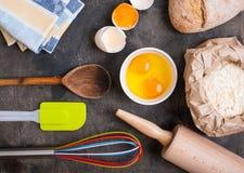 Los utensilios de la cocina de la hornada en vintage planked la tabla de madera desde arriba Imagenes de archivo