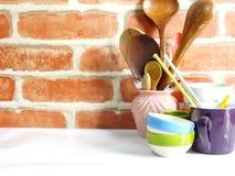 Los utensilios de la cocina se cierran encima de vida inmóvil Foto de archivo
