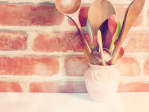 Los utensilios de la cocina se cierran encima de vida inmóvil con color del filtro del vintage Imágenes de archivo libres de regalías