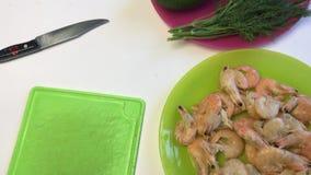 Los utensilios del eneldo, del aguacate, del pepino y de la cocina mienten en la superficie de la tabla Mentira hervida de los ca metrajes