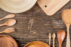 Los utensilios rurales de la cocina en vintage planked la tabla de madera desde arriba Fotografía de archivo