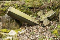 Los vándalos rompen el monumento grave fotos de archivo