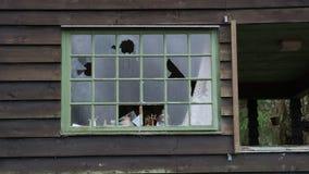 Los vándalos tienen ventanas quebradas en una casa vieja Fotos de archivo