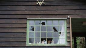 Los vándalos tienen ventanas quebradas en una casa vieja Imagenes de archivo