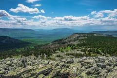 Los valles rocosos de la cuesta y de la montaña en un día nublado imagenes de archivo