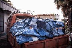 Los vaqueros del dril de algodón en el camión Fotografía de archivo libre de regalías