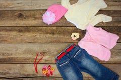 Los vaqueros femeninos de la ropa y de los accesorios, blusa, sombrero, pinzas de pelo, gotas y calientan el chaleco Imágenes de archivo libres de regalías