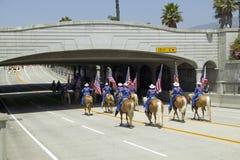 Los vaqueros que marchan con las banderas americanas exhibidas durante primera jornada desfilan abajo de State Street, Santa Barb Imagenes de archivo