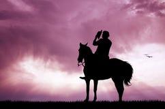 Los vaqueros siluetean en la puesta del sol libre illustration