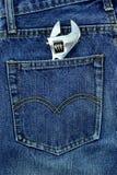 Los vaqueros viejos pusieron su bolsillo trasero Imagen de archivo