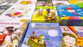 Los varios libros de niños exhibieron en el soporte en el libro de Eskisehir favorablemente en Turquía fotos de archivo