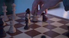 Los varones dan jugar a ajedrez almacen de video