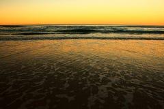 Ondas de la playa del oro Fotografía de archivo