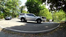 Los vehículos convergen en el camino escarpado y curvado de la cumbre almacen de video