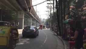 Los vehículos corren en la calle en Quezon, Filipinas metrajes