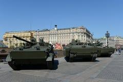 Los vehículos de lucha BMP-3 de la infantería y se oponen 695 en una plataforma seguida kurganets-25 Fotografía de archivo libre de regalías