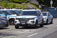Los vehículos de NYPD parquearon por una calle en Staten Island imagenes de archivo