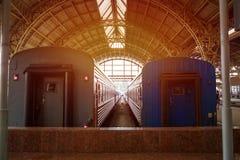 Los vehículos de pasajeros están en el ferrocarril fotografía de archivo libre de regalías