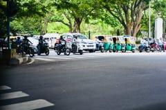 Los vehículos se pegaron en una señal de tráfico en Bangalore la India imagen de archivo