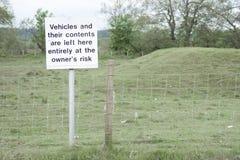 Los vehículos y el contenido se fueron en el daño de pérdida del hurto de la responsabilidad de los posts de muestra del riesgo d fotografía de archivo