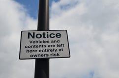 Los vehículos y el contenido se fueron en la muestra del riesgo de los dueños Imagen de archivo