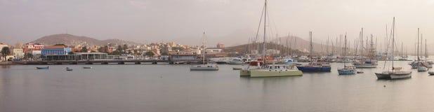 Los veleros amarraron en el puerto de Mindelo, isla Cabo Verde de Vicente del sao Imagenes de archivo