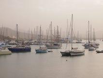 Los veleros amarraron en el puerto de Mindelo, isla Cabo Verde de Vicente del sao Foto de archivo libre de regalías
