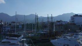Los veleros del embarcadero de Cuprus esto son generalmente las atracciones turísticas más populares en la playa El yate y el vel metrajes