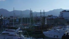 Los veleros del embarcadero de Cuprus esto son generalmente las atracciones turísticas más populares en la playa El yate y el vel almacen de metraje de vídeo