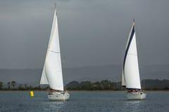 Los veleros participan en otoño 2014 de Ellada de la regata de la navegación el 12mo entre el grupo de islas griego Imágenes de archivo libres de regalías
