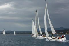 Los veleros participan en otoño 2014 de Ellada de la regata de la navegación el 12mo entre el grupo de islas griego en el Mar Ege Fotos de archivo