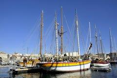 Los veleros viejos atracaron en el puerto viejo de Marsella Imagen de archivo libre de regalías