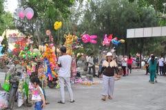 Los vendedores ambulantes están vendiendo los juguetes y las cosas afortunadas en una pagoda en el primer día del Año Nuevo lunar Fotografía de archivo
