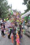 Los vendedores ambulantes están vendiendo los juguetes y las cosas afortunadas en una pagoda en el primer día del Año Nuevo lunar Fotografía de archivo libre de regalías