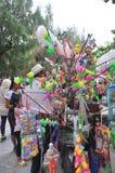 Los vendedores ambulantes están vendiendo los juguetes y las cosas afortunadas en una pagoda en el primer día del Año Nuevo lunar Fotos de archivo
