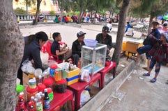 Los vendedores de comida de la calle están sirviendo a gente en el Año Nuevo lunar en Vietnam Imagen de archivo