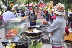 Los vendedores de comida de la calle están sirviendo a gente en el Año Nuevo lunar en Vietnam Fotos de archivo libres de regalías