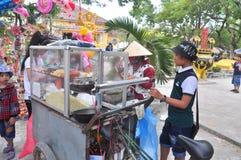 Los vendedores de comida de la calle están sirviendo a gente en el Año Nuevo lunar en Vietnam Imagen de archivo libre de regalías