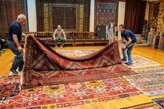 Los vendedores de la alfombra pusieron una demostración Fotos de archivo