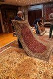 Los vendedores de la alfombra pusieron una demostración Imagen de archivo