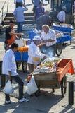 Los vendedores de la comida y del jugo pusieron adyacente al cuerno de oro Fotos de archivo